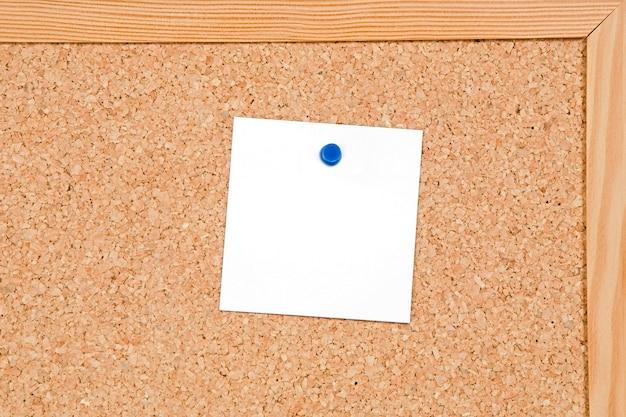 Quadro de avisos de cortiça com um papel em branco Foto Premium