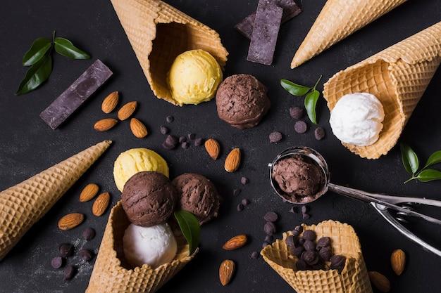 Quadro de casquinhas de sorvete e colheres Foto gratuita
