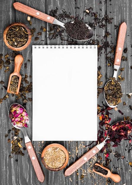 Quadro de colheres com chá de ervas Foto gratuita