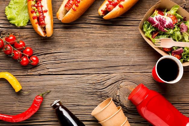 Quadro de comida com cachorros-quentes e legumes Foto gratuita