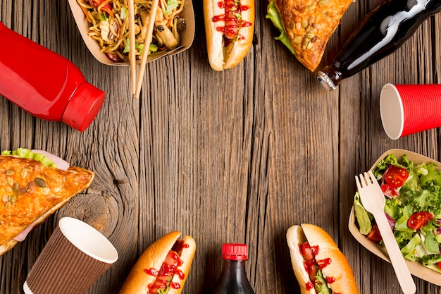 Quadro de comida de rua em fundo de madeira Foto gratuita