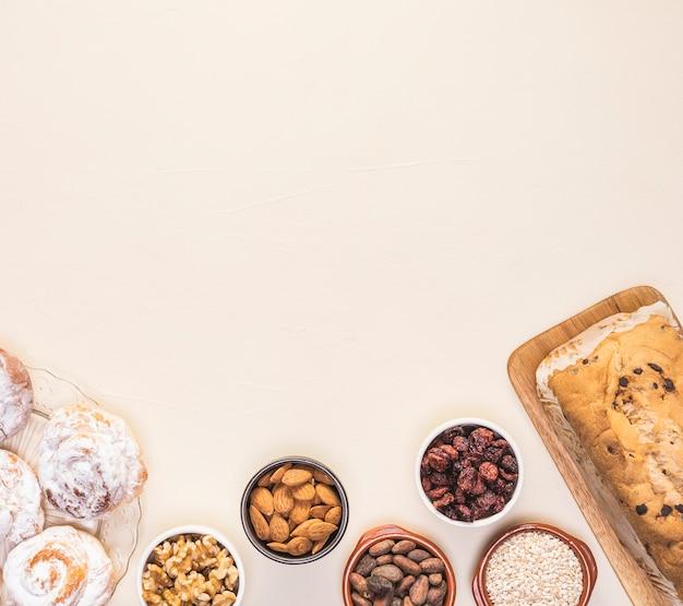 Quadro de comida plana leigos com sementes e pastelaria Foto gratuita