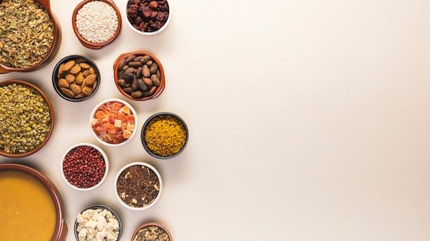 Quadro de comida plana leigos com sementes e sopa Foto Premium