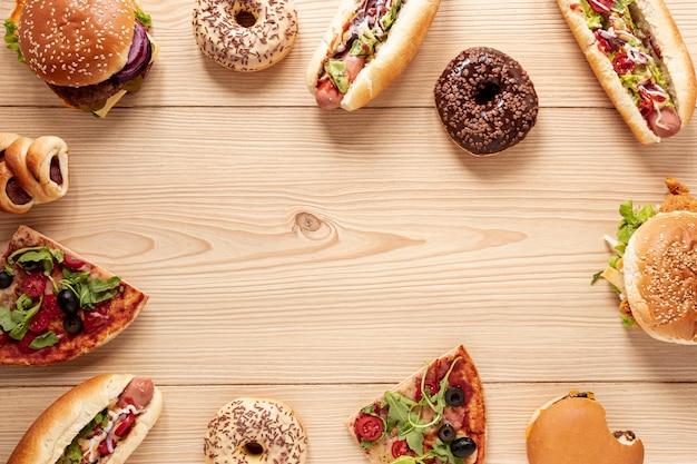 Quadro de comida vista superior com cachorros-quentes Foto gratuita