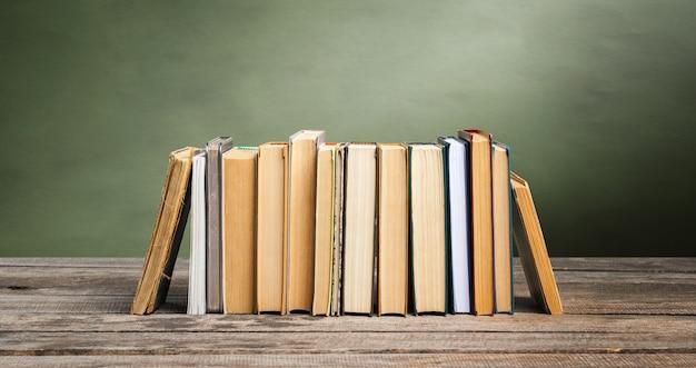 Quadro de escola com pilha de livros Foto Premium