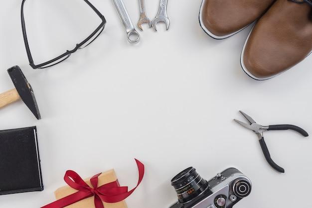 Quadro de ferramentas, câmera e sapatos de homem Foto gratuita