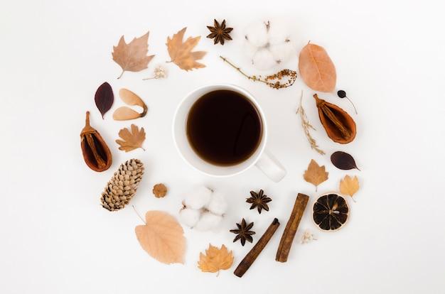 Quadro de folhas de outono vista superior com café Foto gratuita