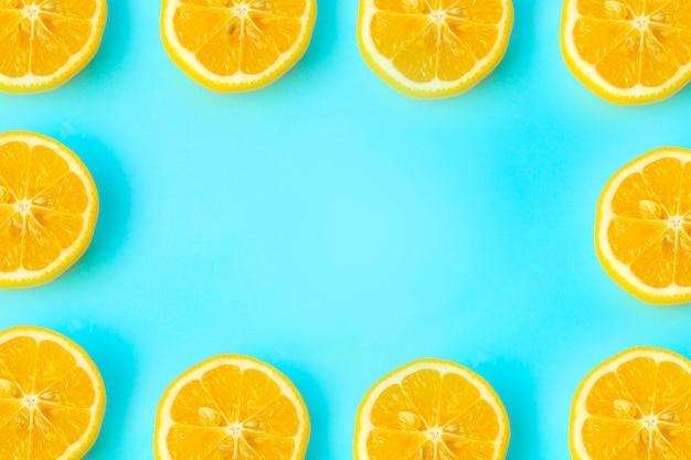 Quadro de fundo de verão e vitaminas. limão em um fundo azul, conceito mínimo de comida Foto Premium