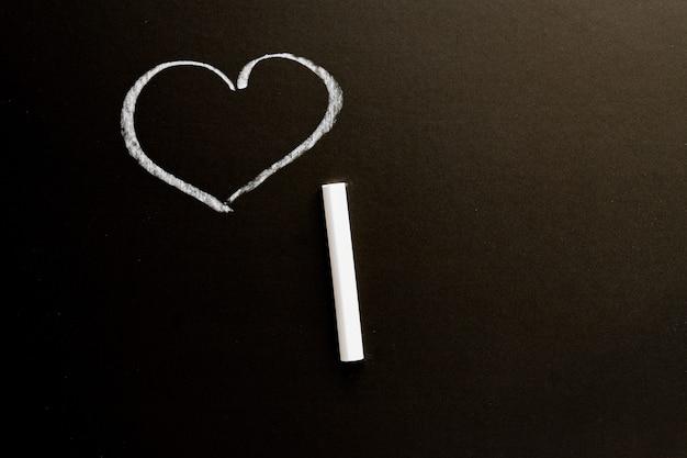 Quadro de giz com o coração desenhado. textura de fundo com espaço de cópia Foto Premium