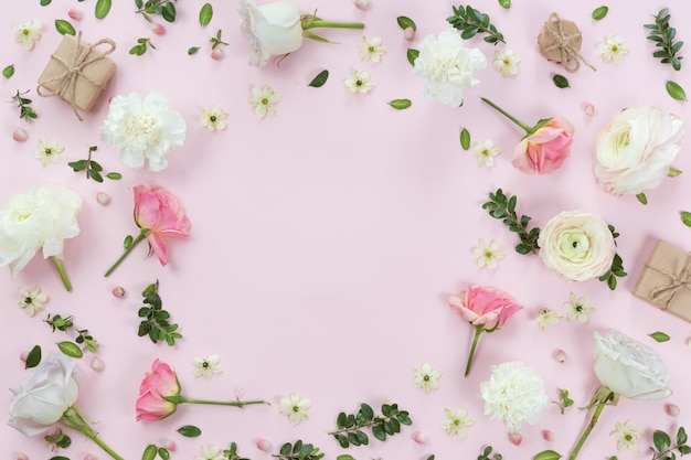 Quadro de grinalda de flores feito de diferentes flores e folhas, plana leiga, vista superior fundo Foto Premium