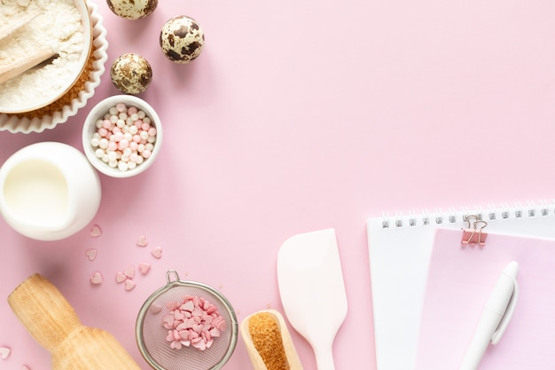 Quadro de ingredientes alimentares para assar um pastel suavemente rosa. conceito de cozimento. Foto Premium