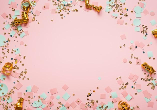 Quadro de lantejoulas e confetes para cópia espaço rosa fundo Foto gratuita