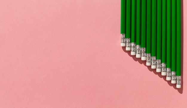 Quadro de lápis verde com cópia-espaço Foto gratuita