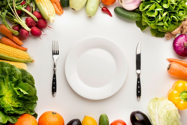Quadro de legumes com prato vazio Foto gratuita