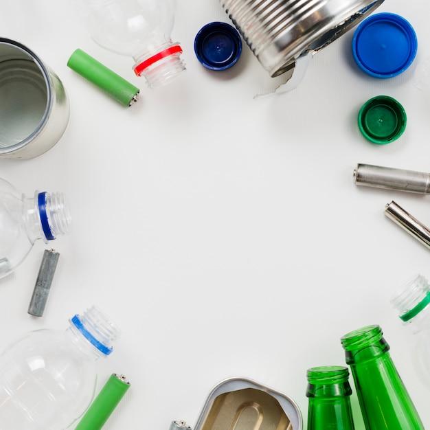 Quadro de lixo reciclável em fundo cinza Foto gratuita