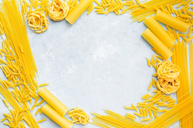 Quadro de macarrão no plano de fundo texturizado Foto gratuita