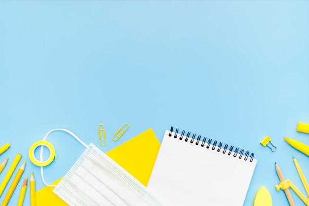 Quadro de material escolar com cópia-espaço Foto gratuita