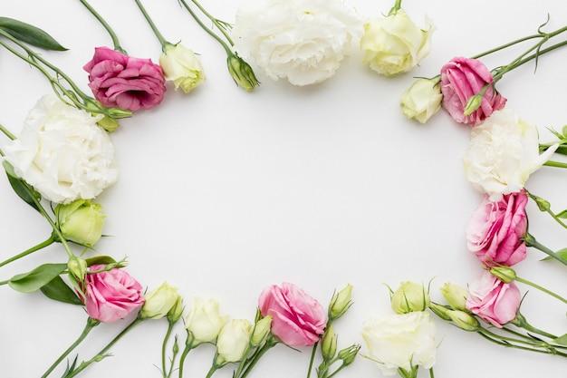 Quadro de mini rosas plana leigos Foto gratuita
