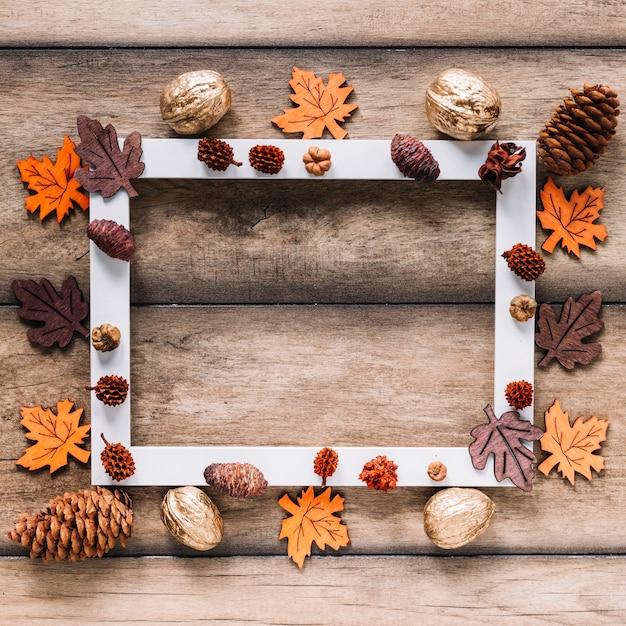 Quadro de outono de folhas e cones Foto gratuita