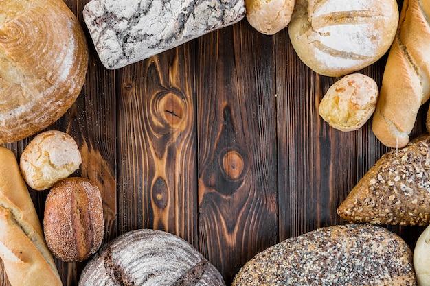 Quadro de pão saboroso crocante em pano de fundo de madeira Foto gratuita