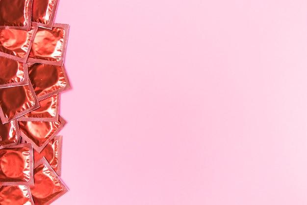 Quadro de vista superior com preservativos embrulhados Foto gratuita