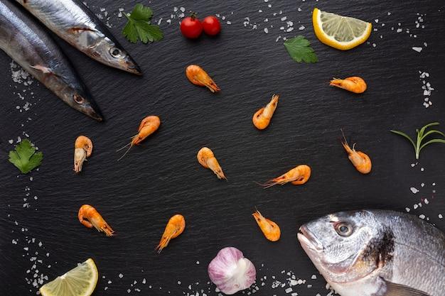 Quadro de vista superior de peixe com condimentos Foto gratuita