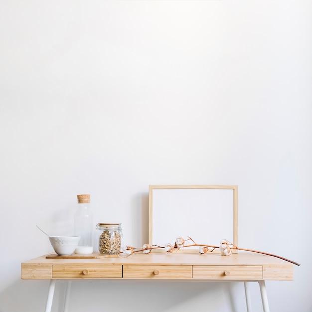 Quadro decorativo na mesa Foto gratuita