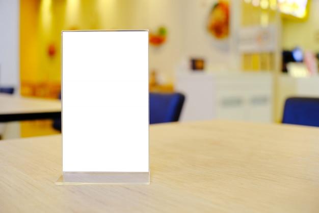 Quadro do menu que está na tabela de madeira no café do restaurante da barra. espaço para promoção de marketing de texto Foto Premium