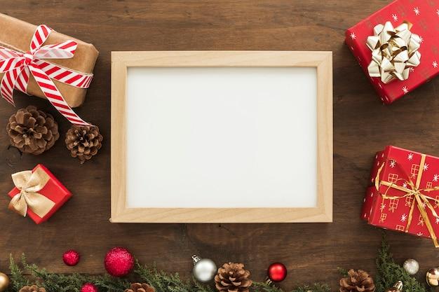 Quadro em branco com caixas de presente Foto gratuita