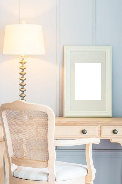 Quadro em branco com decoração de luz da lâmpada na mesa Foto gratuita