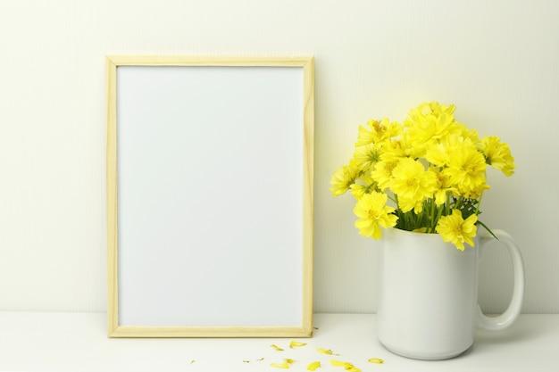 Quadro em branco com flores amarelas em vaso Foto Premium