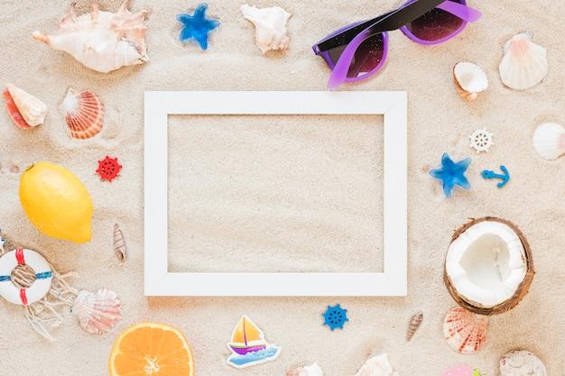 Quadro em branco com óculos escuros e conchas do mar Foto gratuita
