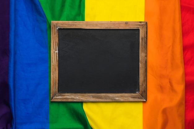 Quadro em branco na bandeira do arco-íris Foto gratuita
