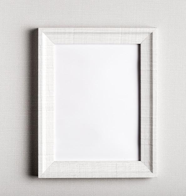 Quadro em branco na parede branca simples Foto gratuita