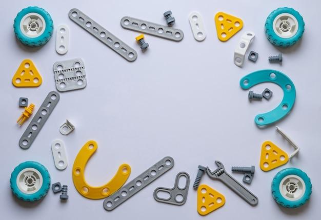 Quadro em um fundo branco feito de componentes de construção de plástico Foto Premium