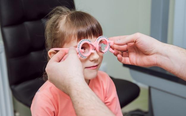Quadro experimental. prescrição de óculos para uma criança. hipermetropia da criança. miopia da criança. miopia infantil. miopia da criança. correção de ametropia com óculos. Foto Premium