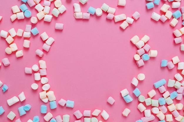 Quadro feito de marshmallow doce branco e rosa candys com espaço de cópia em um fundo rosa. Foto Premium