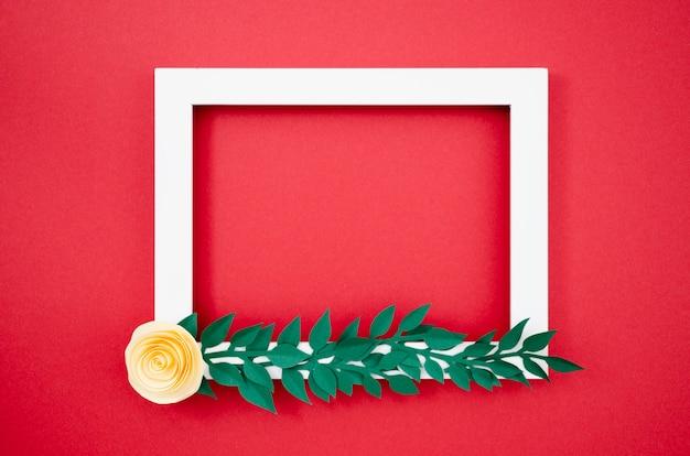 Quadro floral colorido leigo plano feito de papel Foto gratuita