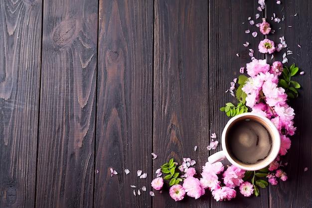 Quadro floral com copo de café Foto Premium
