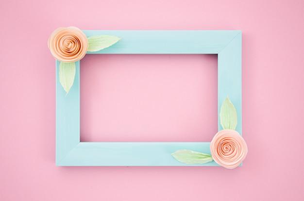 Quadro floral elegante azul em fundo rosa Foto gratuita