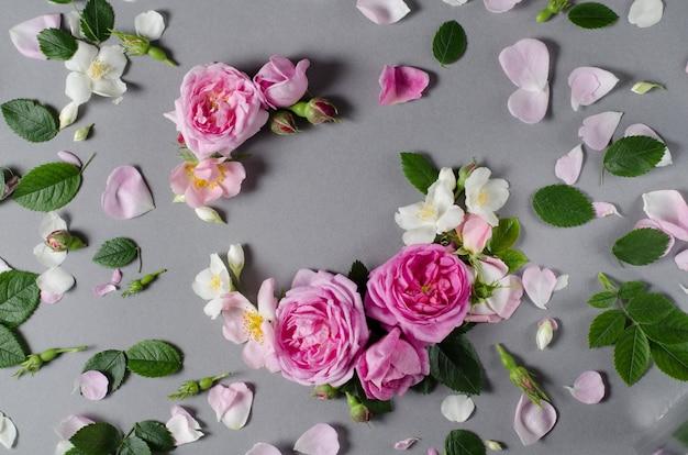 Quadro floral. flores de rosas sobre um fundo cinza. lay plana Foto Premium