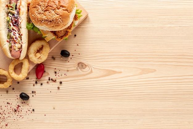 Quadro liso leigos delicioso com hambúrguer e cópia-espaço Foto gratuita