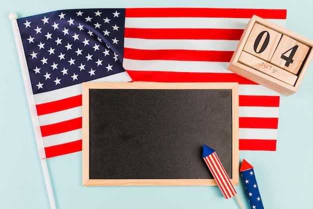 Quadro-negro com bandeira e fogos de artifício Foto gratuita