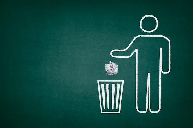 Quadro-negro com um caractere usando uma lata de lixo Foto gratuita