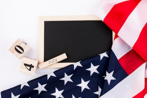 Quadro-negro e bandeira do eua em fundo branco Foto gratuita