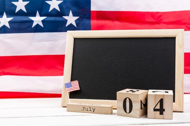 Quadro-negro e cubos de madeira com data do dia da independência da américa Foto gratuita