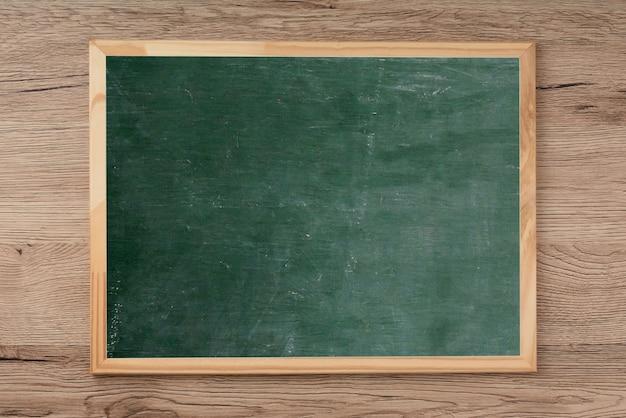 Quadro-negro no assoalho de madeira, espaço vazio para a entrada de texto. Foto Premium