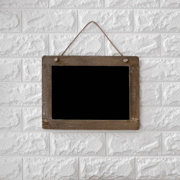 Quadro-negro no fundo da parede de tijolo texturizado Foto gratuita