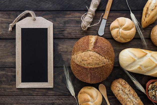 Quadro-negro perto de pães e facas Foto gratuita