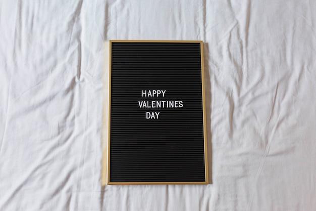 Quadro-negro vintage com mensagem feliz dia dos namorados sobre com fundo. casa, dentro de casa. conceito Foto Premium